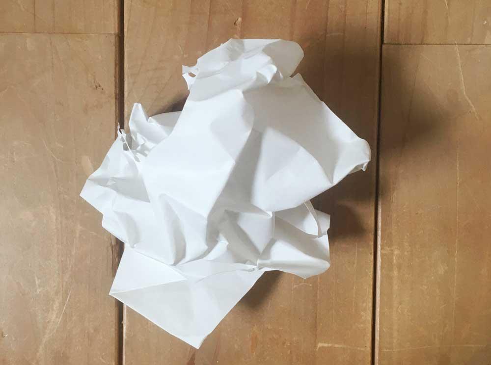 ぐしゃぐしゃにした紙